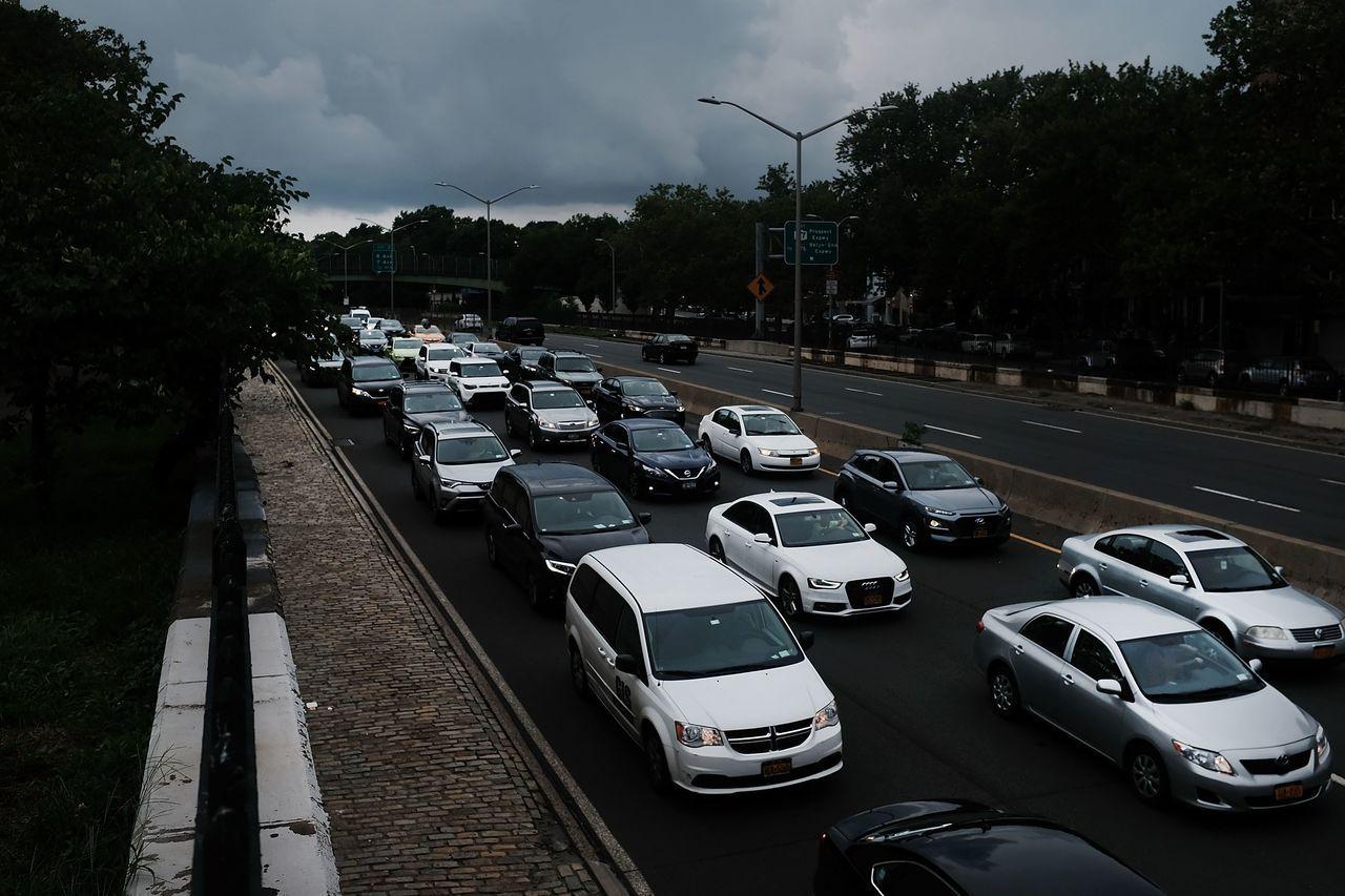 川普政府稱汽車省油會提高開車風險,部分專家認為理由很牽強。圖為紐約市交通。法新社