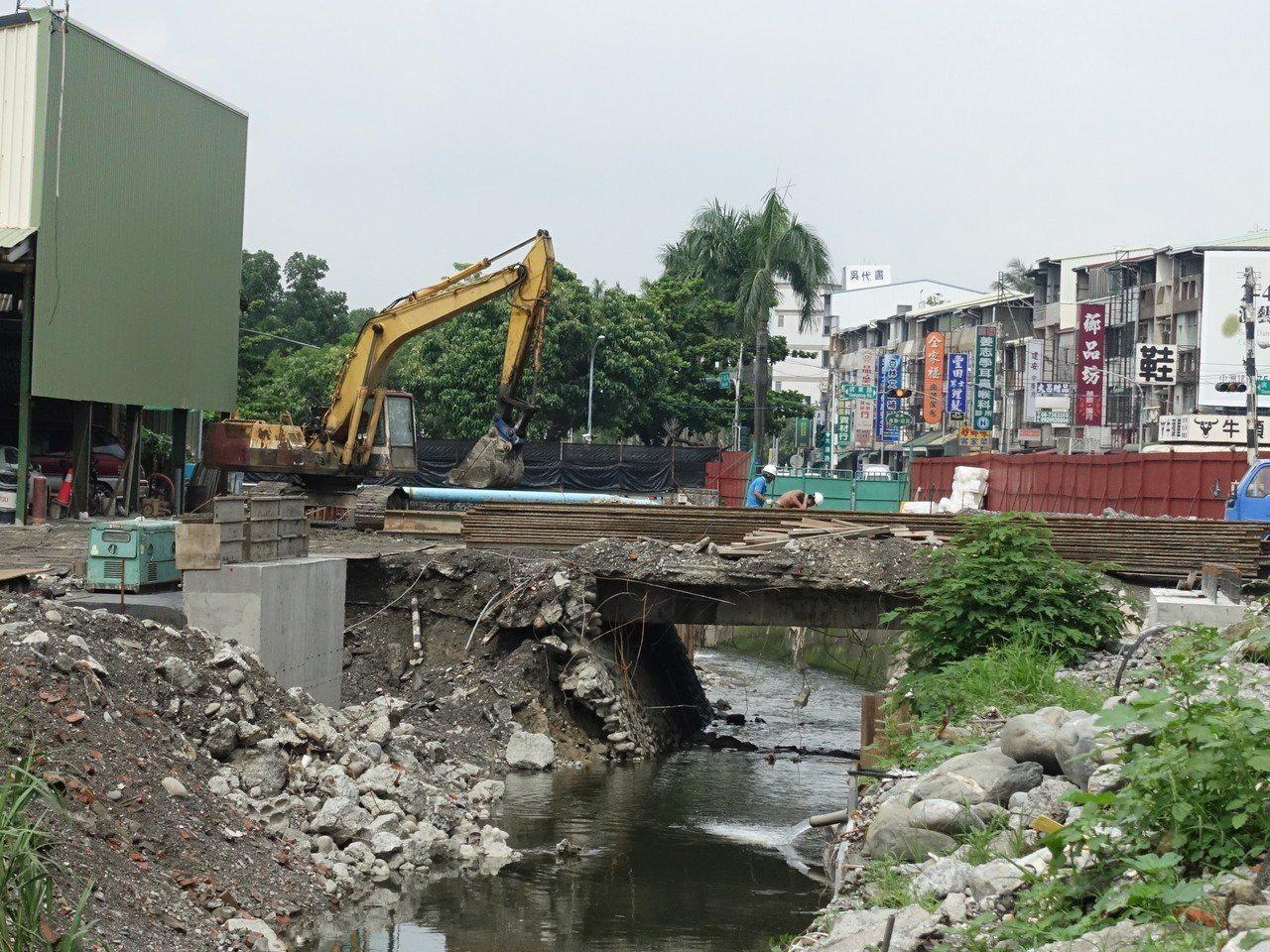 屏東市公所正進行萬年溪最後一段的整治工程。記者翁禎霞/攝影