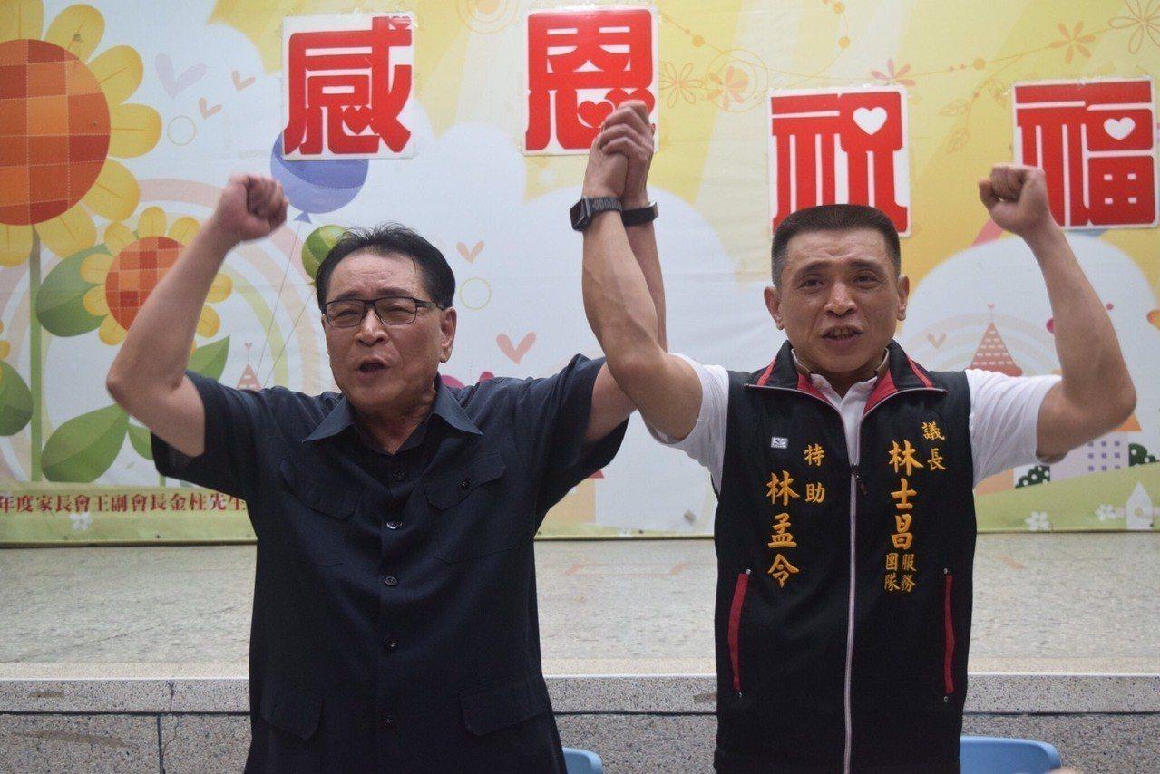 台中市議長林士昌(左)宣布議員交棒給長子林孟令。圖/林士昌提供