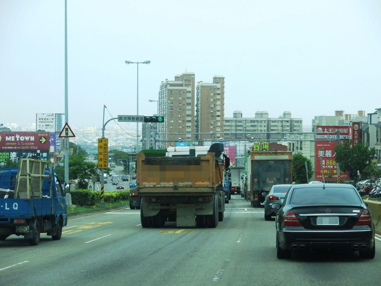向上路下坡路段將改為大貨車進行強制分流行駛,僅能行駛最外側快車道。記者黑中亮/攝...