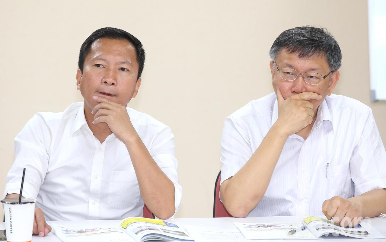 台北市長柯文哲(右)今天下午率領市府團隊,拜會台北市議會民進黨團,表情豐富的柯文...