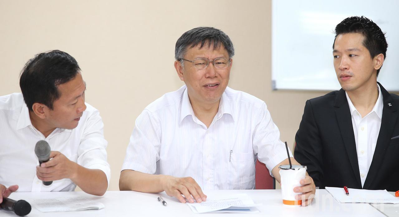 台北市長柯文哲(中)今天下午率領市府團隊,拜會台北市議會民進黨團,報告相關預算與...
