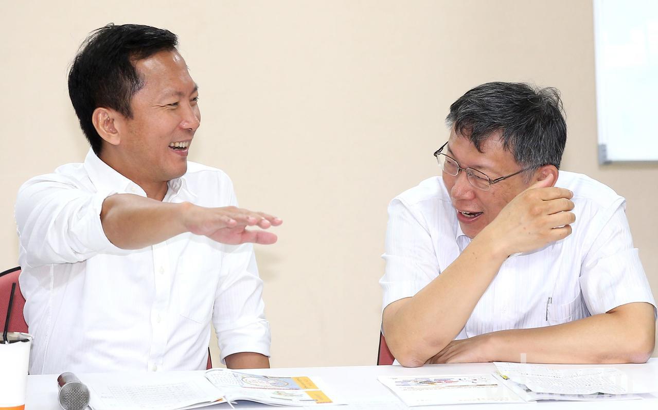 台北市長柯文哲(右)今天率領市府團隊,拜會台北市議會民進黨團,面對議員們的問題,...