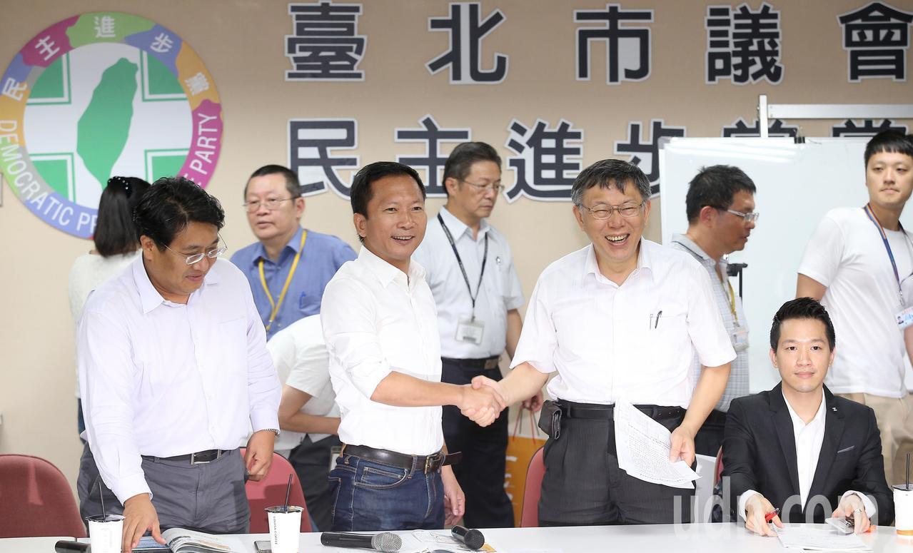 台北市長柯文哲(右四)今天下午率領市府團隊,拜會台北市議會民進黨團。記者高彬原/...