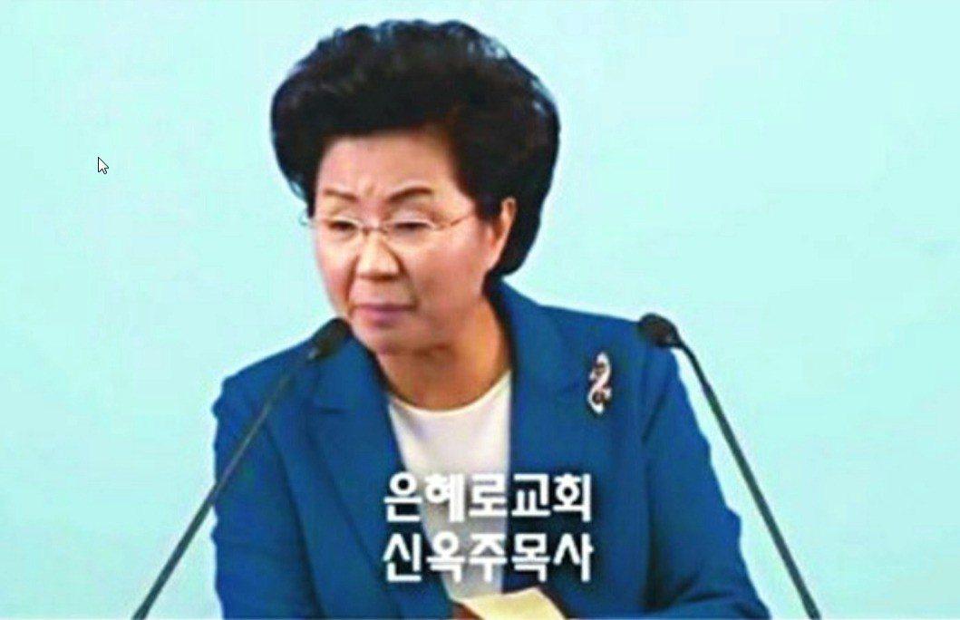 南韓恩惠路堂女牧師申玉珠7月29日在仁川機場被捕,她涉嫌控制信徒行動,且要求信徒...