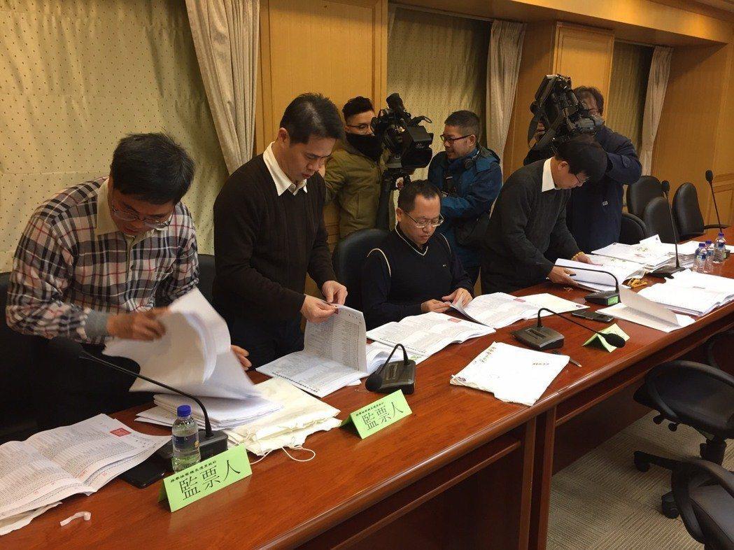 台北地檢署檢察官梁光宗(右二、坐者)將調任宜蘭擔任主任。 本報資料照