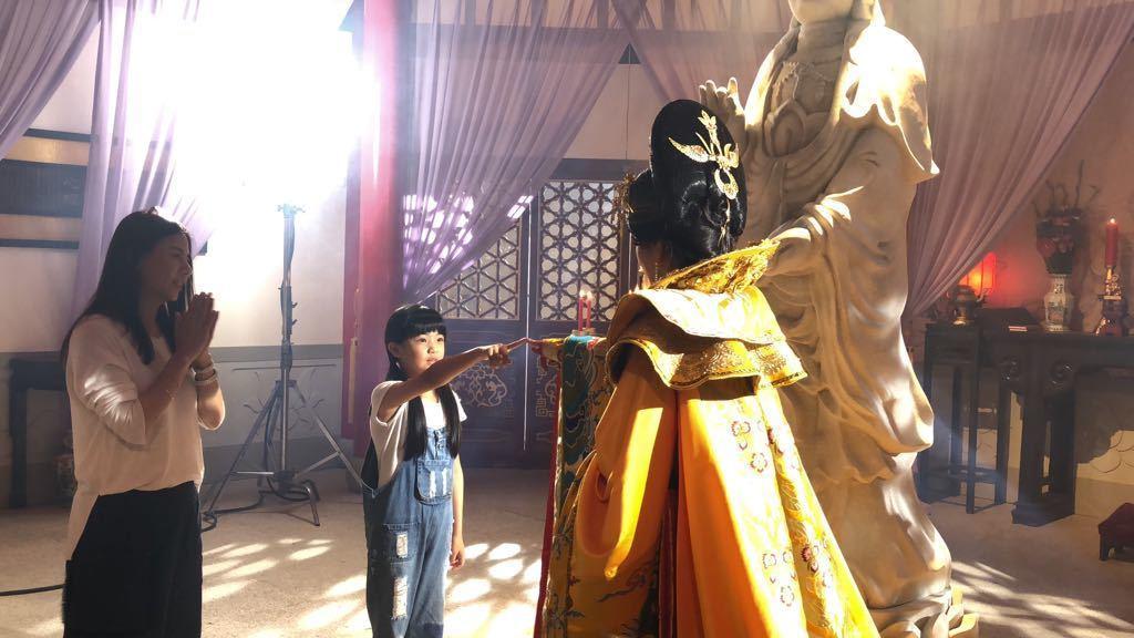 「大時代」中的小童星伍家媚(左)和陳美鳳對戲。圖/民視提供