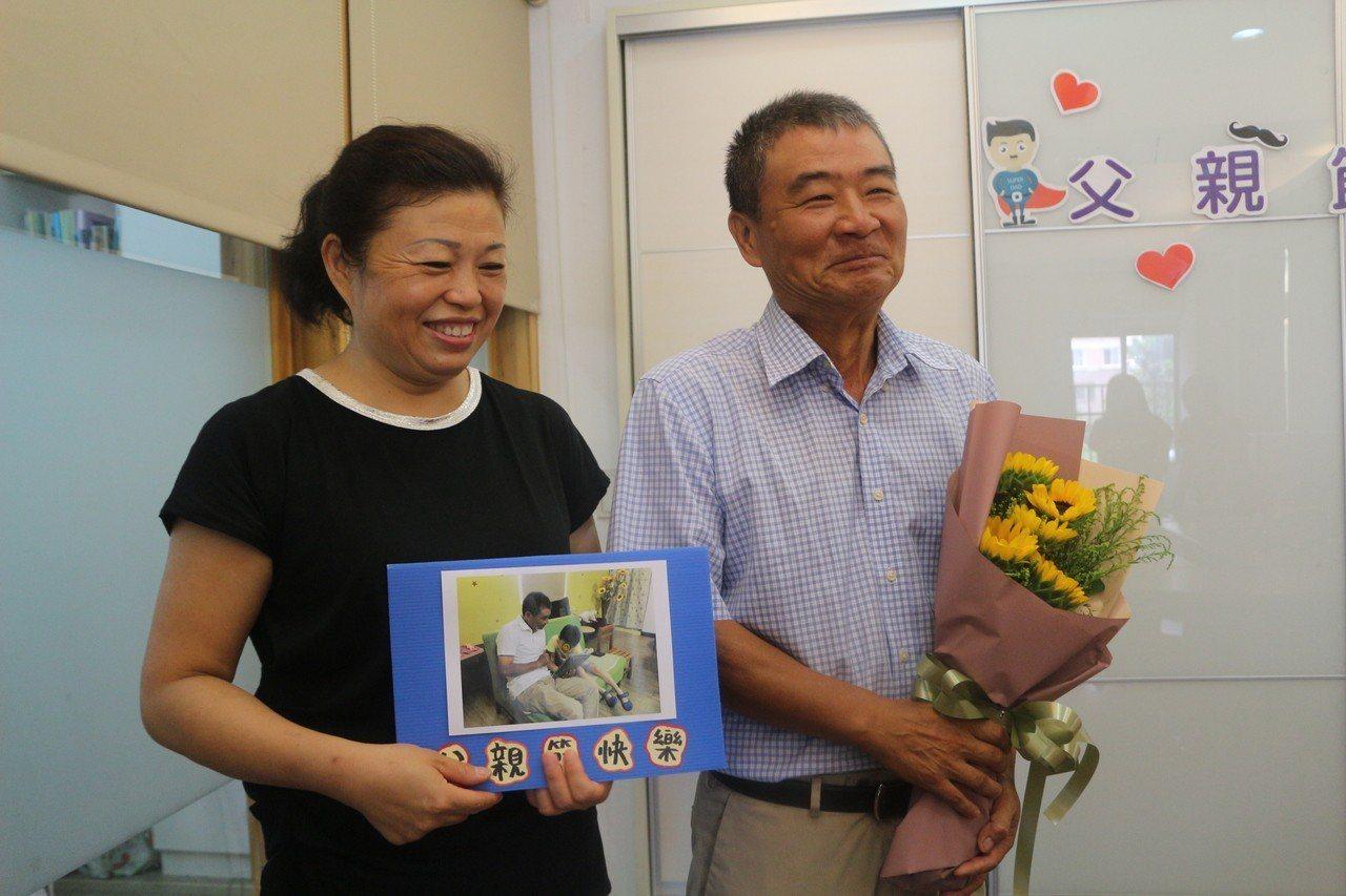 雲林家扶基金會送上鮮花給劉學成夫婦,提前一個禮拜為他慶祝父親節,劉學成說,當寄養...