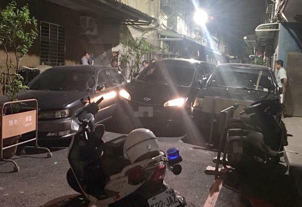 葉男的汽車衝進窄巷,被左右兩輛汽車夾住,動彈不得。記者林昭彰/翻攝