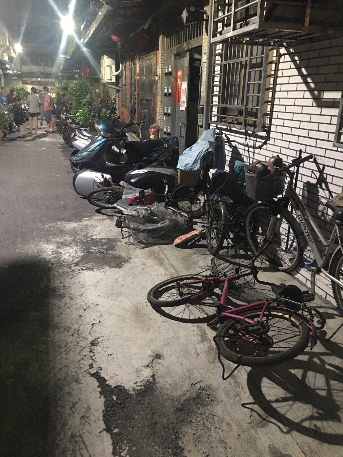 葉男的汽車衝進窄巷,連續撞倒機車、腳踏車、花盆、鐵架。記者林昭彰/翻攝