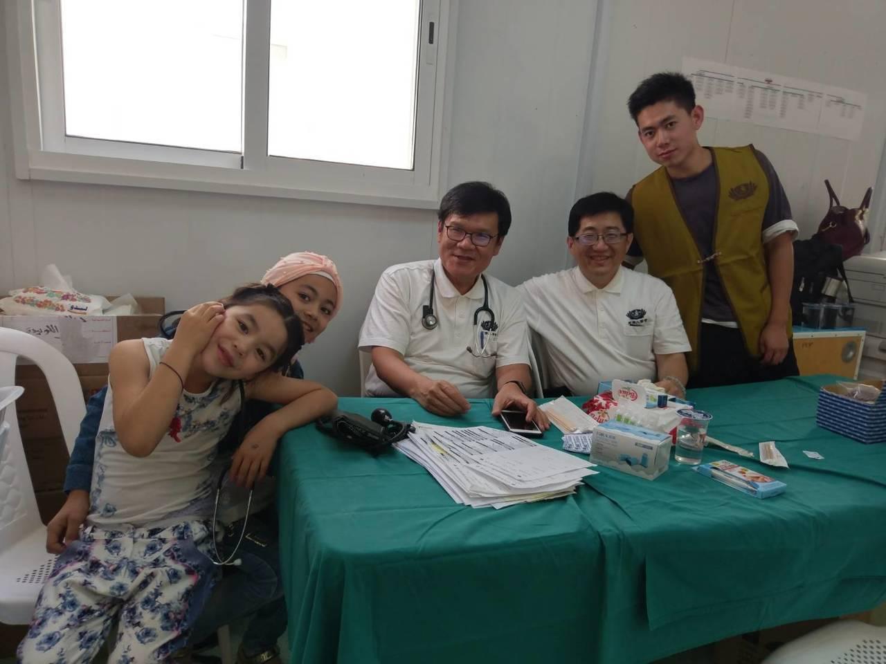 大林慈濟醫院副院長林名男(左二起)與李宜恭,上月22日一同參加慈濟在約旦的義診。...