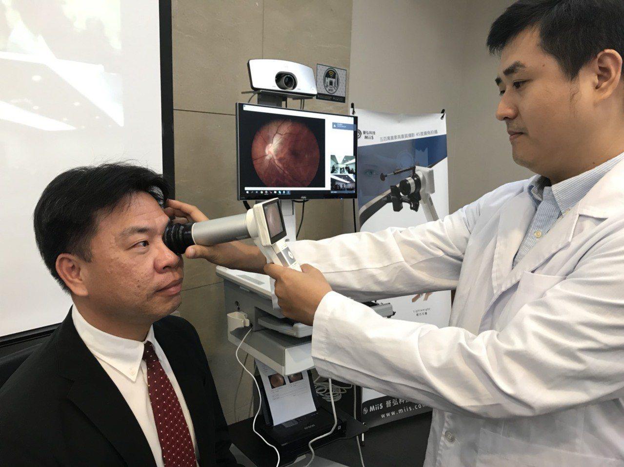 晉弘手持式眼底攝影機,帶領醫療服邁向數位化新紀元。 圖/記者李珣瑛攝影