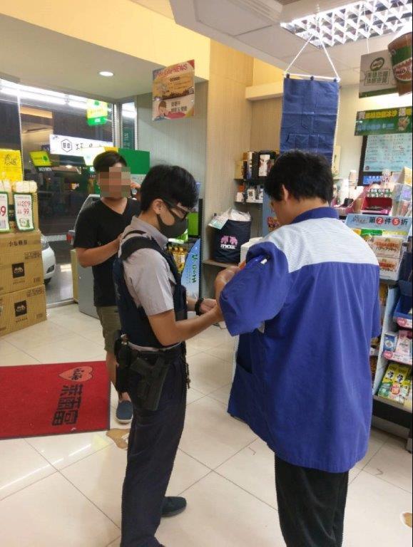 張姓市民(左)到超商購買遊戲點數,警員接獲超商通報及時攔阻張被騙。記者黃宣翰/翻...