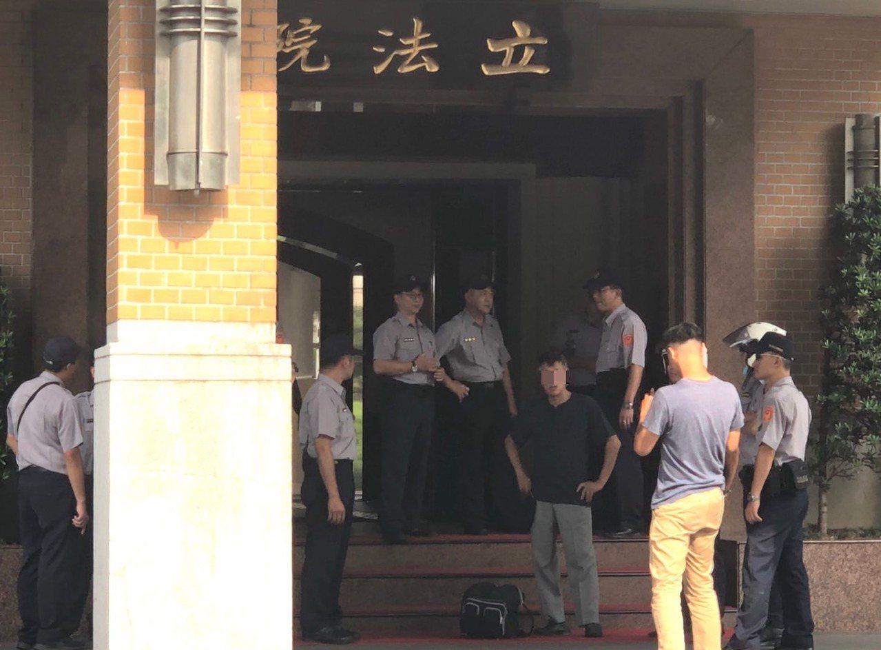 江姓男子(中間黑衣男子)下午3時許背著包包進入立法院,裡頭藏著三瓶汽油桶,汽油桶...