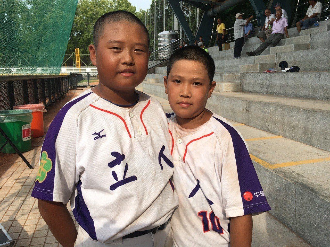 台南市立人國小投捕搭檔蔡均祥(左)郭秉叡(右)。記者葉姵妤/攝影