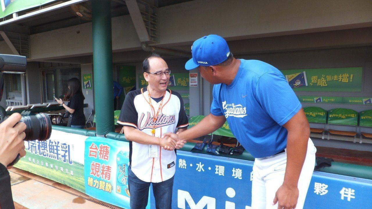 獅隊領隊蘇泰安(左)看到悍將教頭陳連宏,特別趨前握手。記者藍宗標/攝影