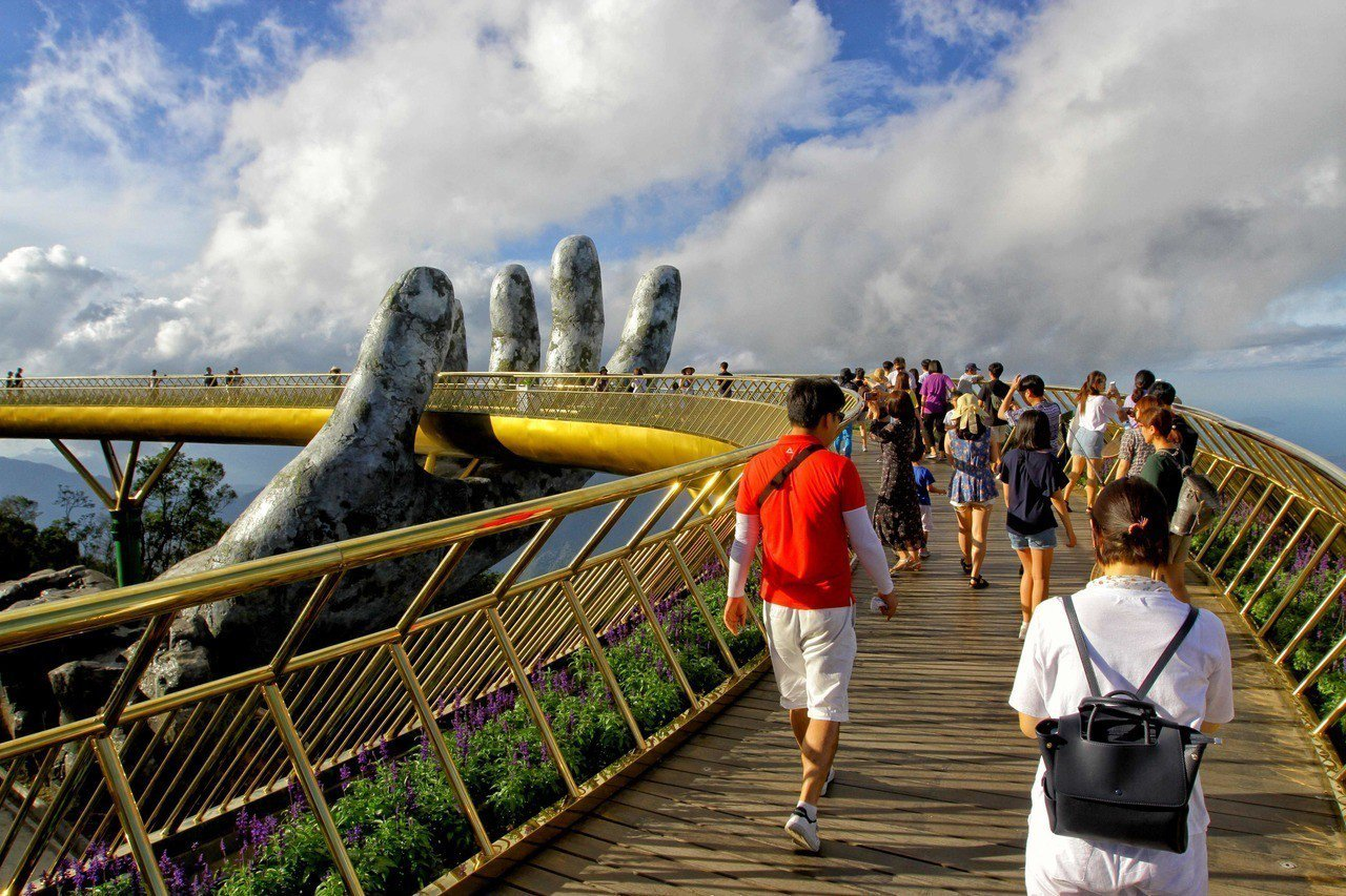 越南當局為了要推廣觀光,斥資20億美元,在峴港打造巴拿山計畫,其中6月對外開放的...