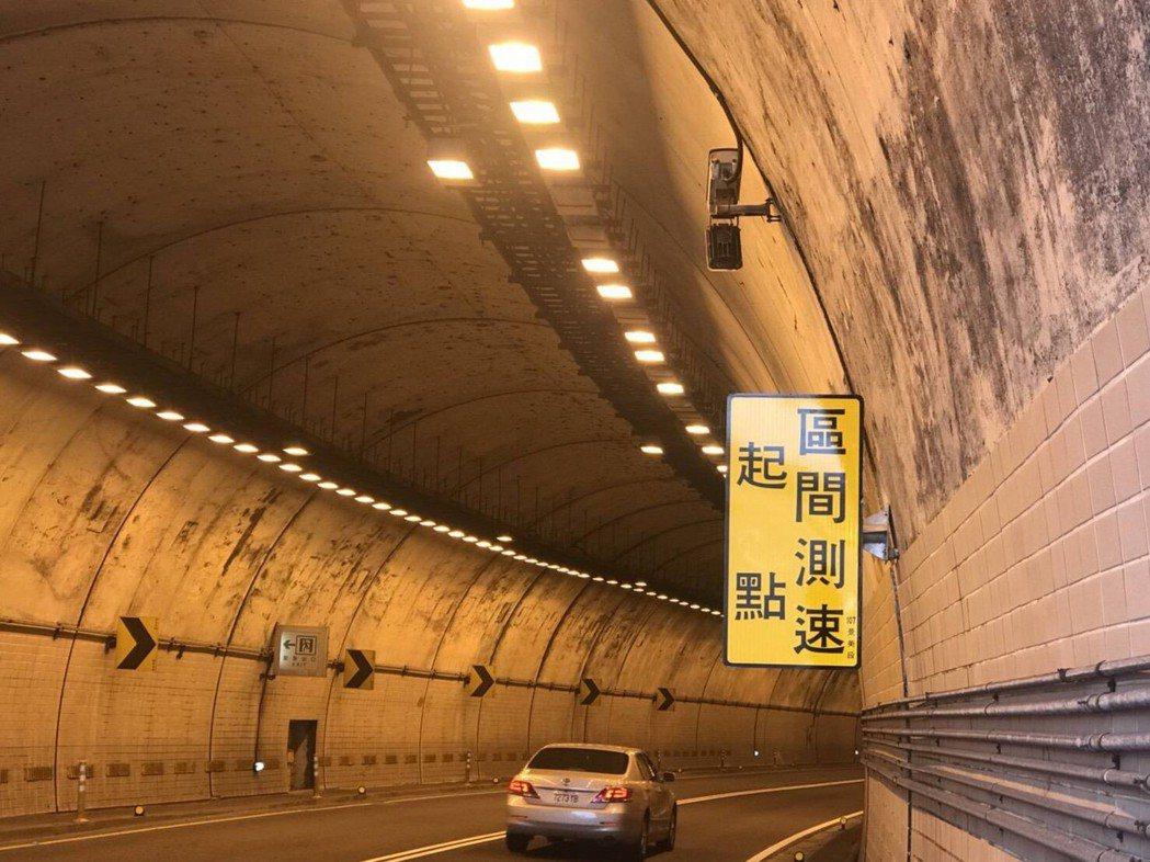 新北市警察局在萬里隧道實施區間平均速率科技執法,單月2千5百輛車違規。記者袁志豪/翻攝