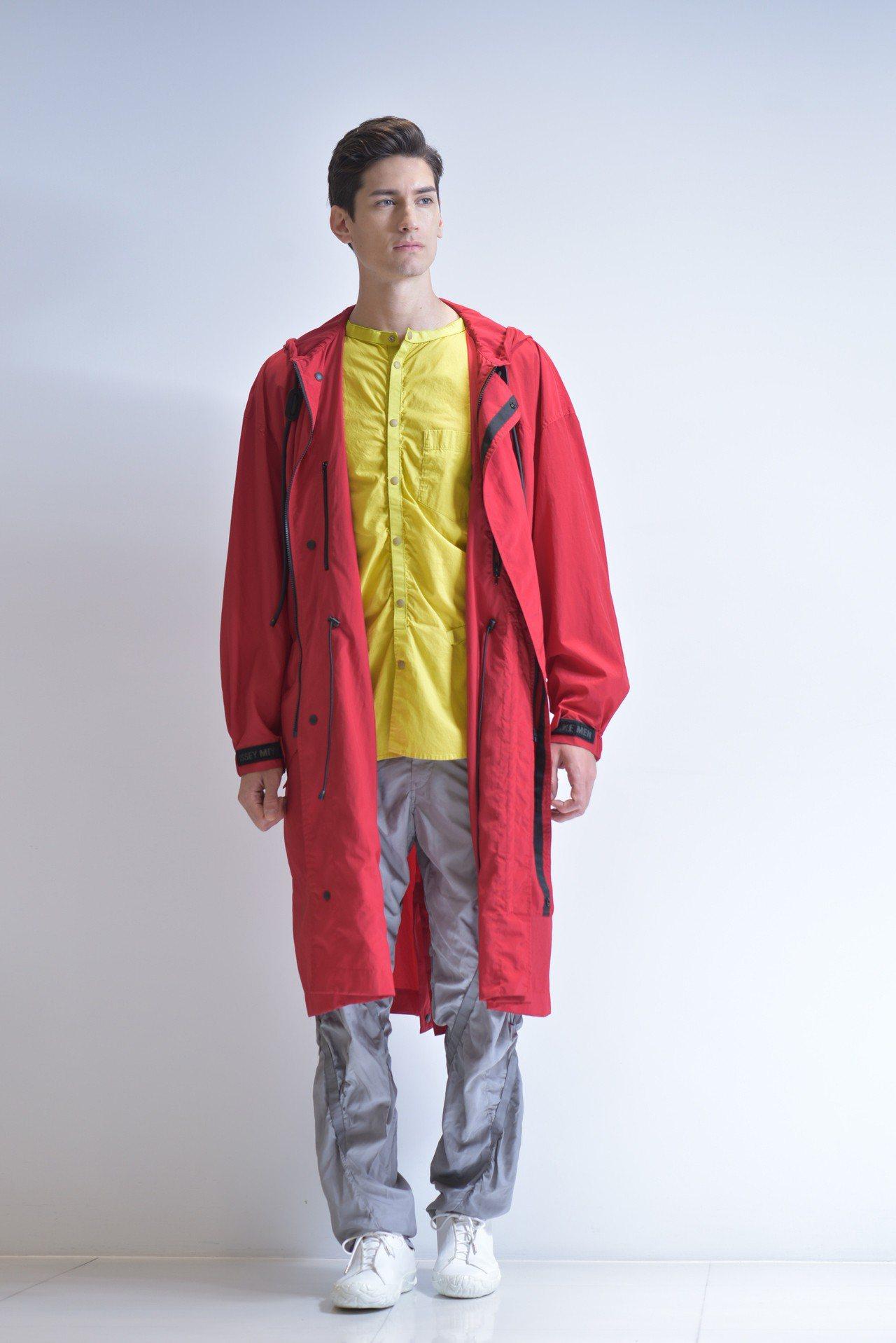連帽大衣61,300元、立領襯衫25,300元、塔夫長褲30,300元。圖/圖/...