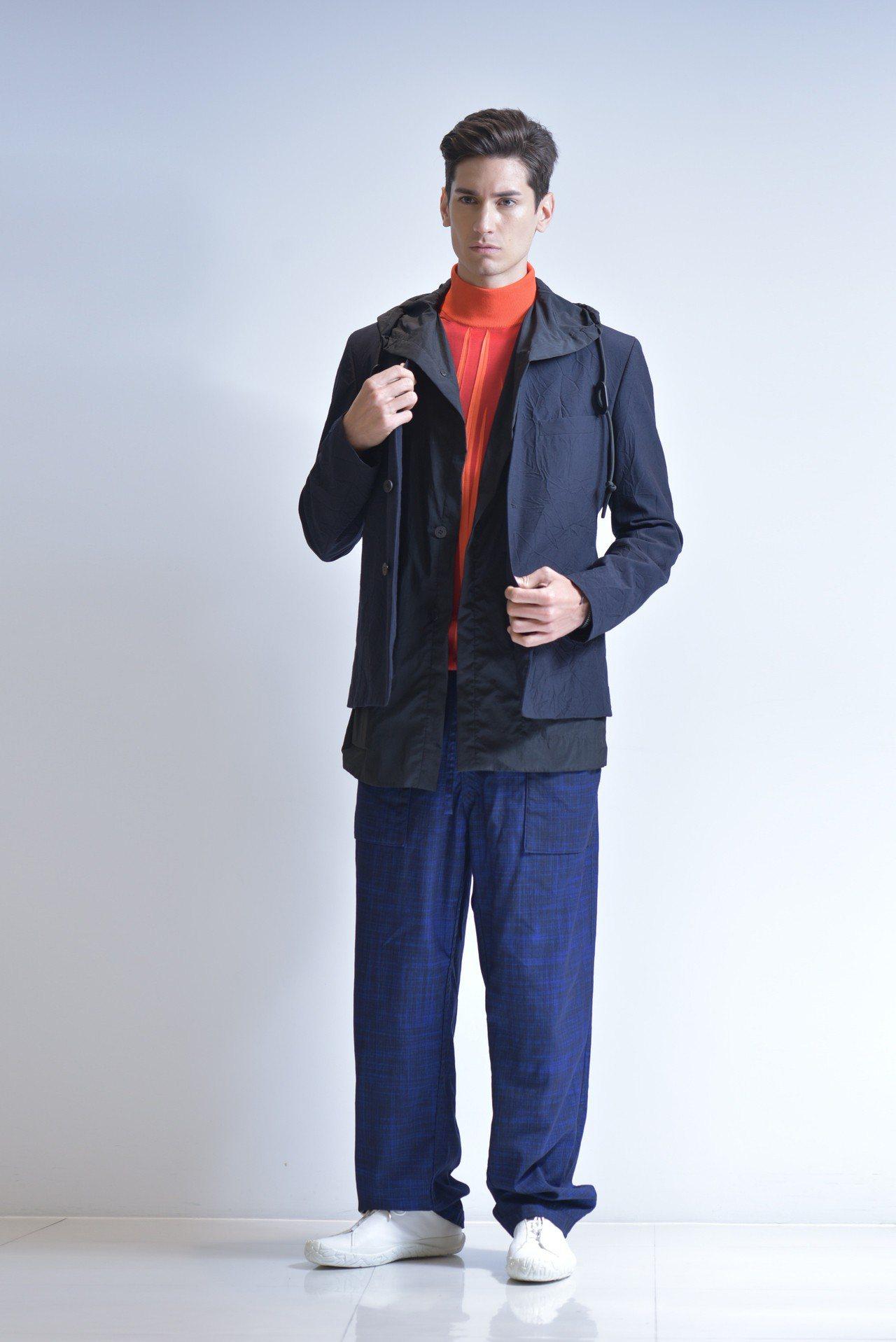 碎褶府綢針織外套71,300元、縐褶針織高領上衣19,300元、毛織直筒褲40,...