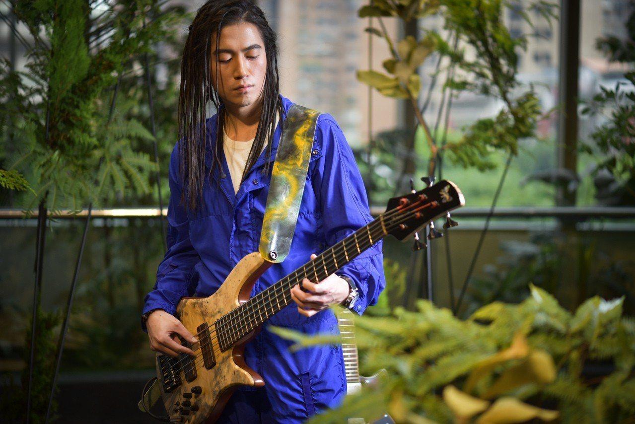 音樂演出者FAN穿著線帶塔夫連身褲61,300元。圖/圖/君梵提供