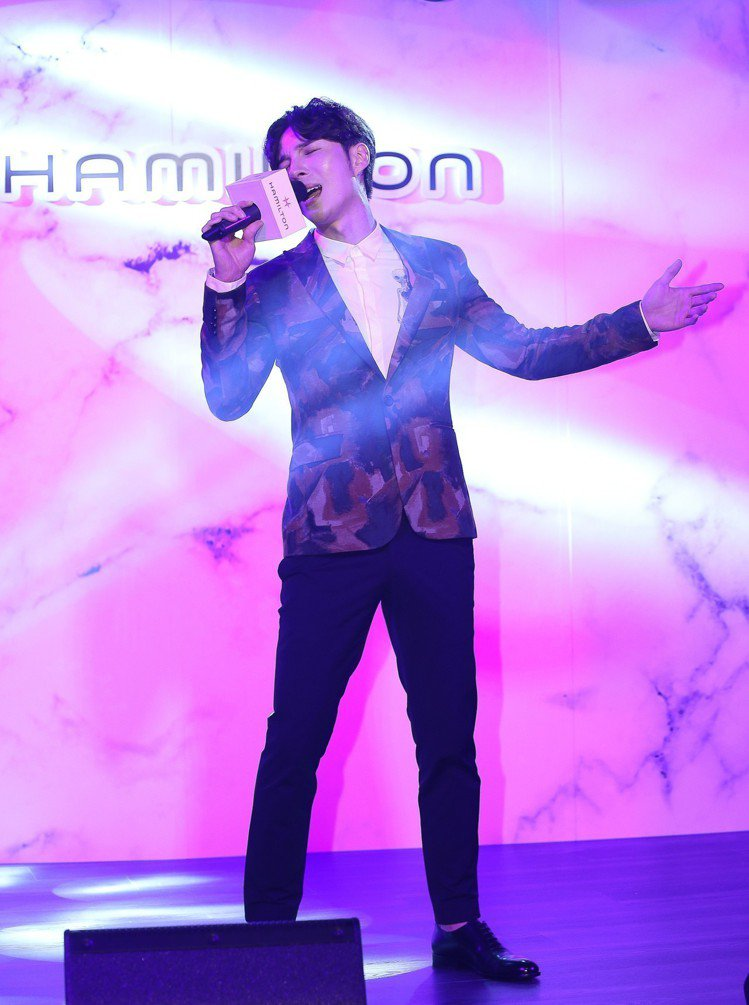 歌手陳勢安在漢米爾頓軍事風格腕表上市活動中,高歌「勢在必行」來呼應硬漢主題。圖/...