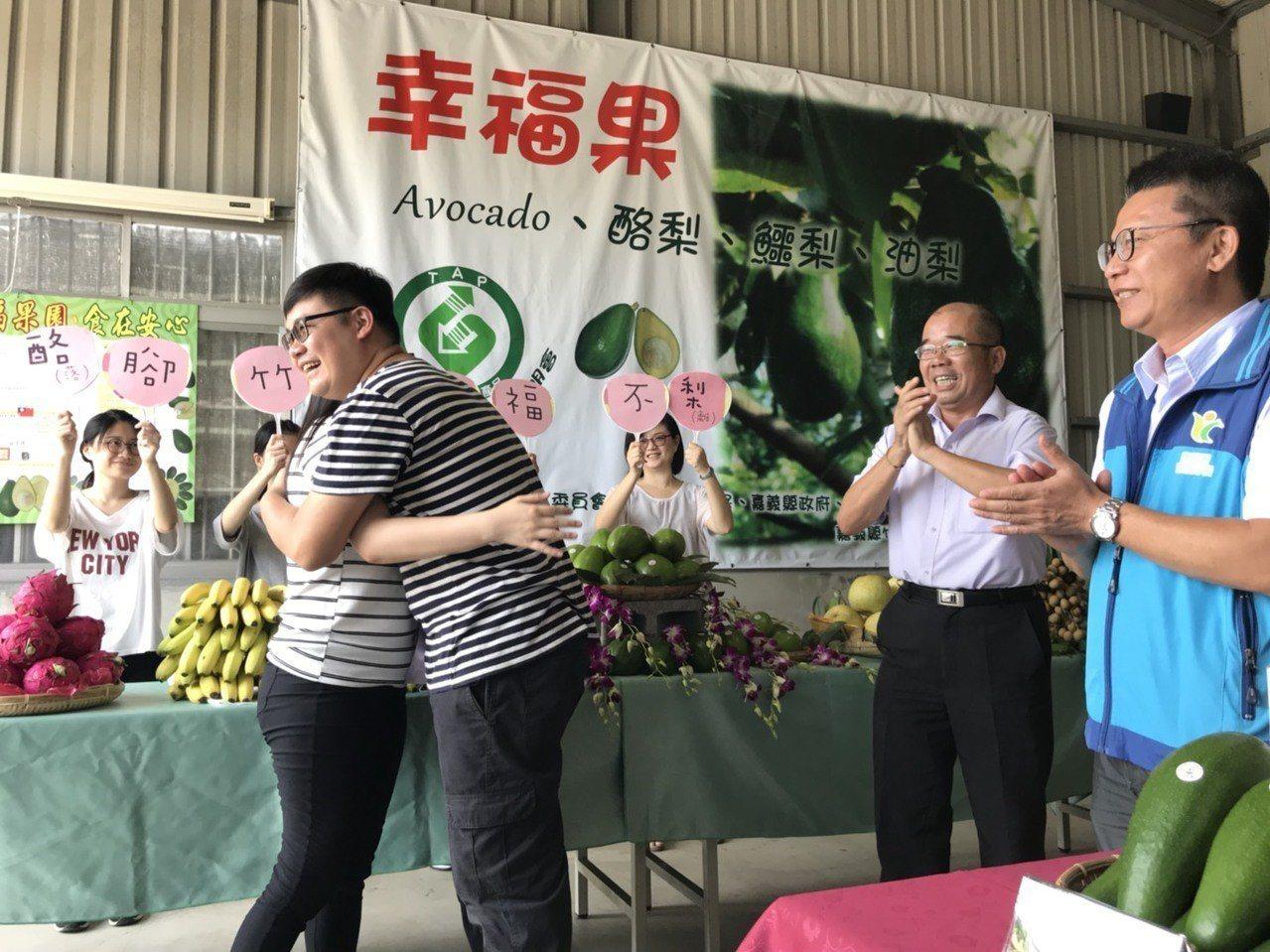 竹崎公所農業課員工陳威霖,特別利用這次行銷活動,向女友女友曹若嫈求婚,眾人一起見...