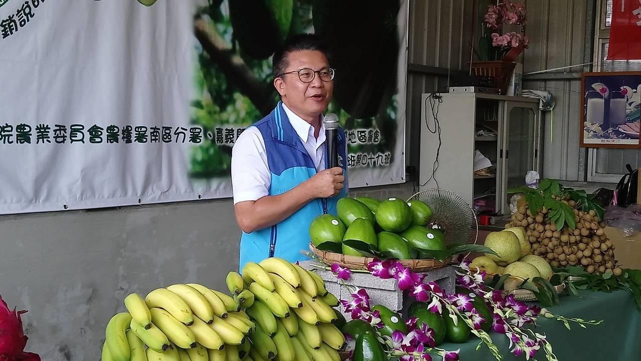 農糧署南區分署長姚志旺上台見証酪梨優點,鼓勵大家多吃酪梨、常保幸福健康。記者卜敏...
