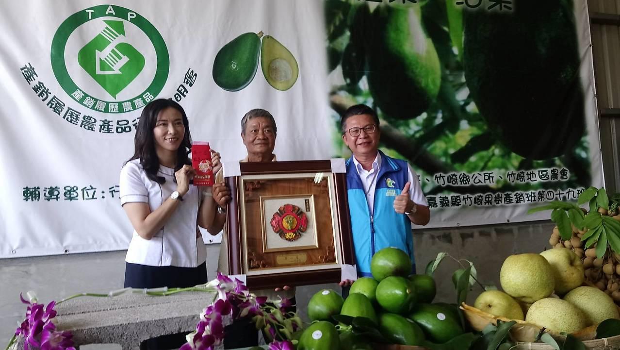 農糧署南區分署長姚志旺(右)、農會總幹事林孟怡(左)頒獎表揚日前參加酪梨競賽得獎...