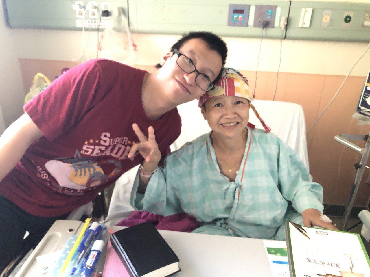 孫女士(右)樂觀抗癌,如今腫瘤獲得控制。圖/孫女士提供