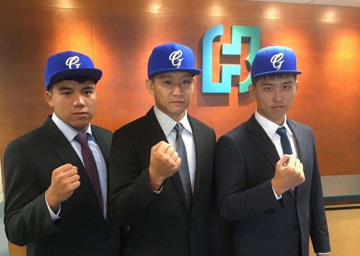 悍將3名新人楊彬(右起)、歐書誠、曾慈恩正式入隊。圖/富邦悍將隊提供