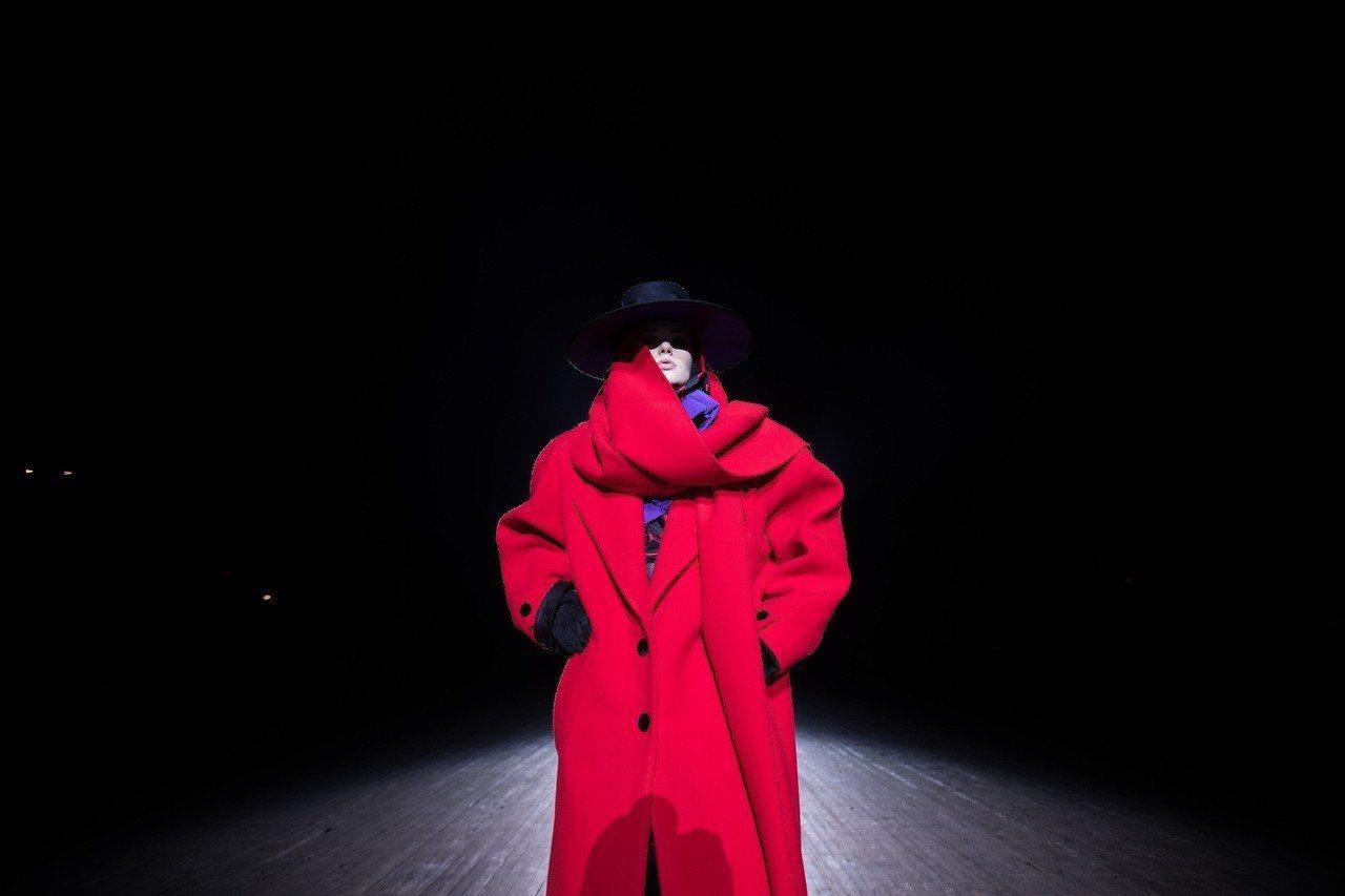 Marc Jacobs秋冬將八○年代的穿搭特色透過誇張線條呈現高調霸氣。圖/Ma...