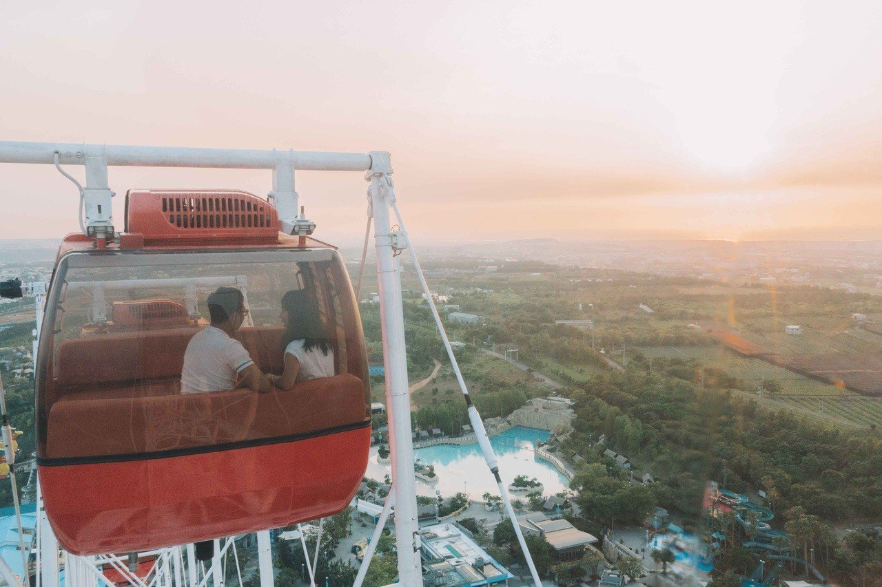 出示Line憑証搭天空之夢摩天輪,兩人同行優惠350元。圖/麗寶樂園提供