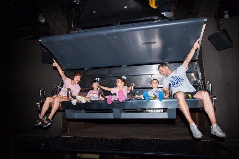 搭乘義大遊樂世界空中飛行模擬器遊樂設施,俯視台灣美景。圖/義大世界提供
