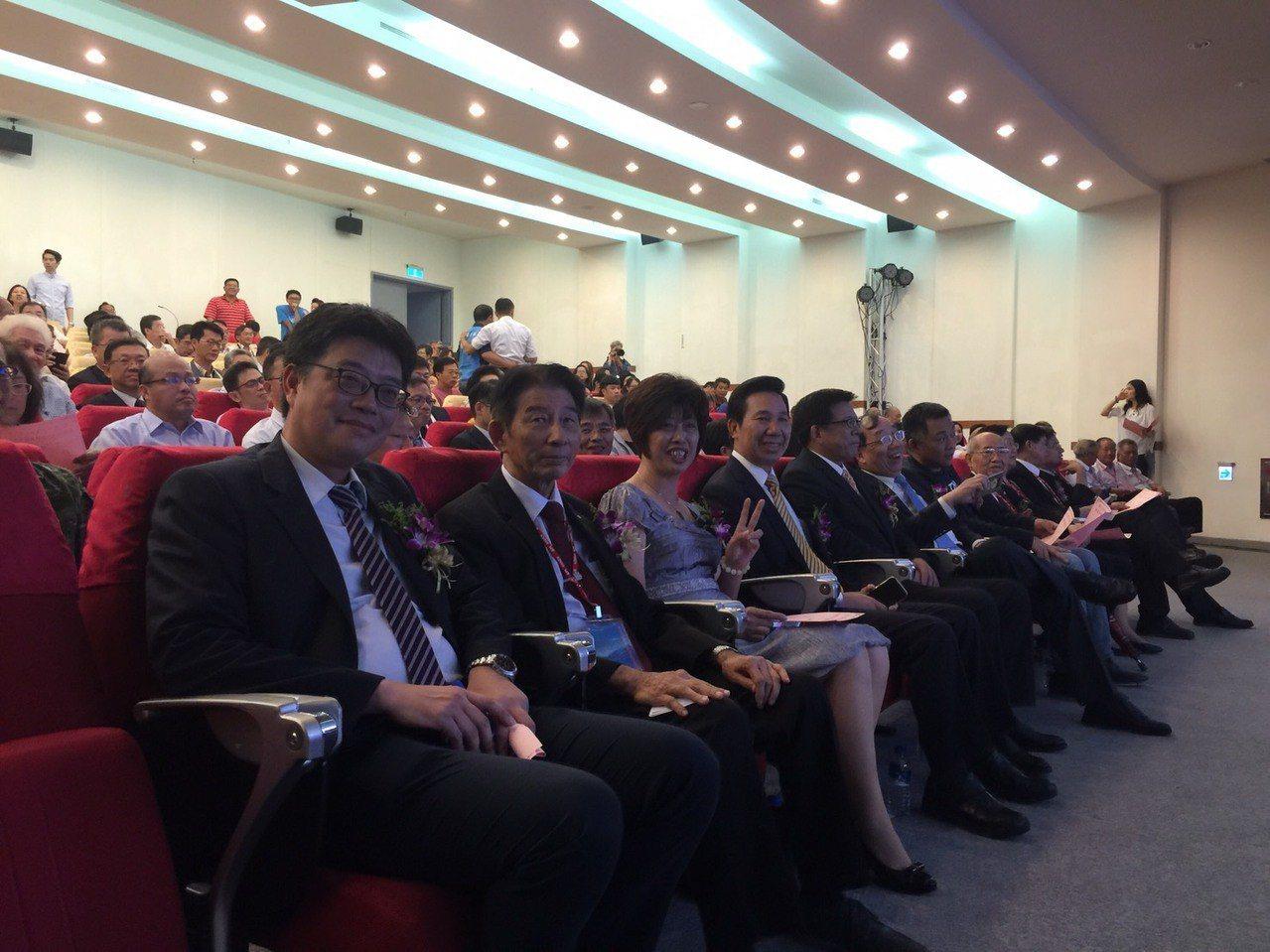 金門大學今舉行第3任校長就任典禮,在金大兼課的大陸委員會副主委邱垂正(左一)也到...