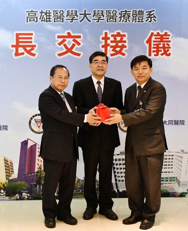 代理小港醫院院長的郭昭宏(右),是腸胃內科名醫,出身旗津子弟的他曾任旗津醫院首任...