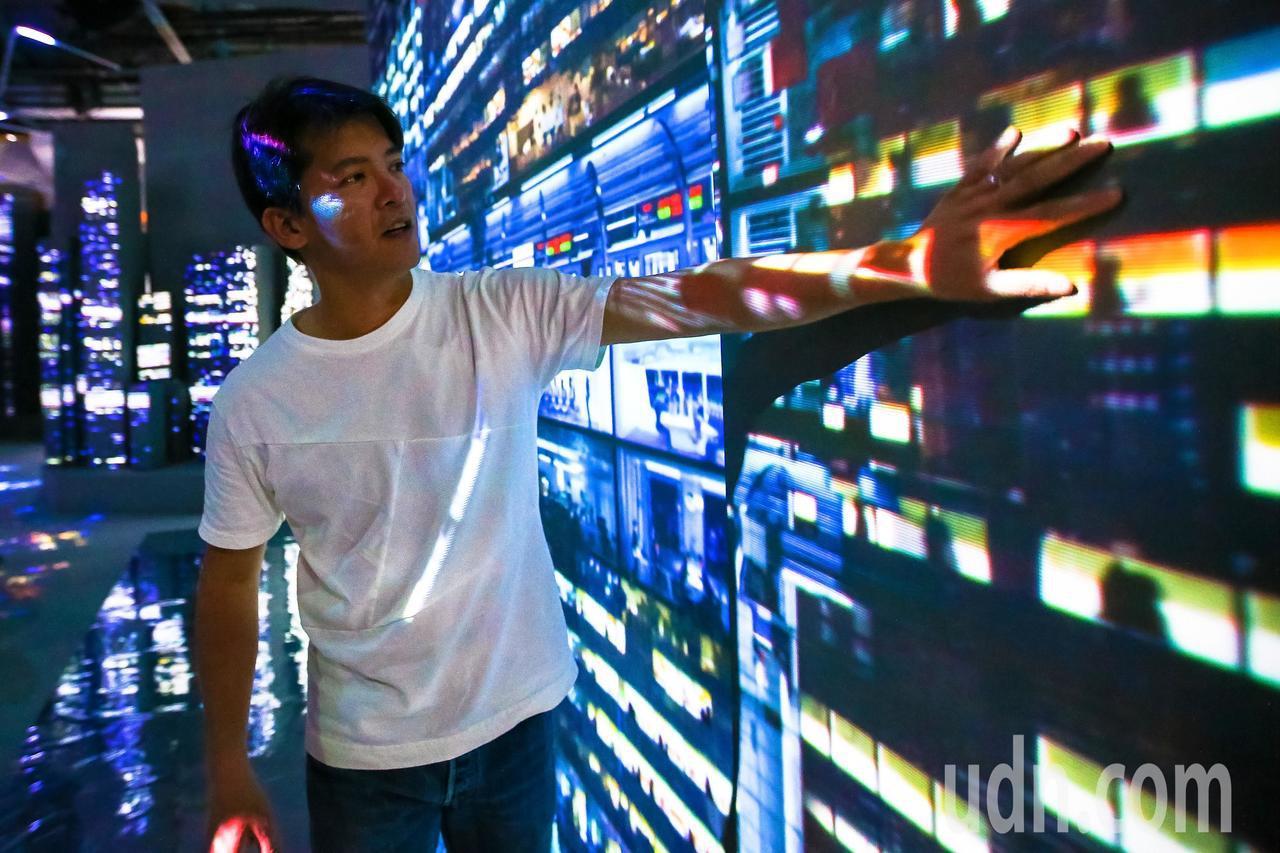 知名作家謝哲青參觀「光影東京!360度夢幻視覺系特展」。記者王騰毅/攝影