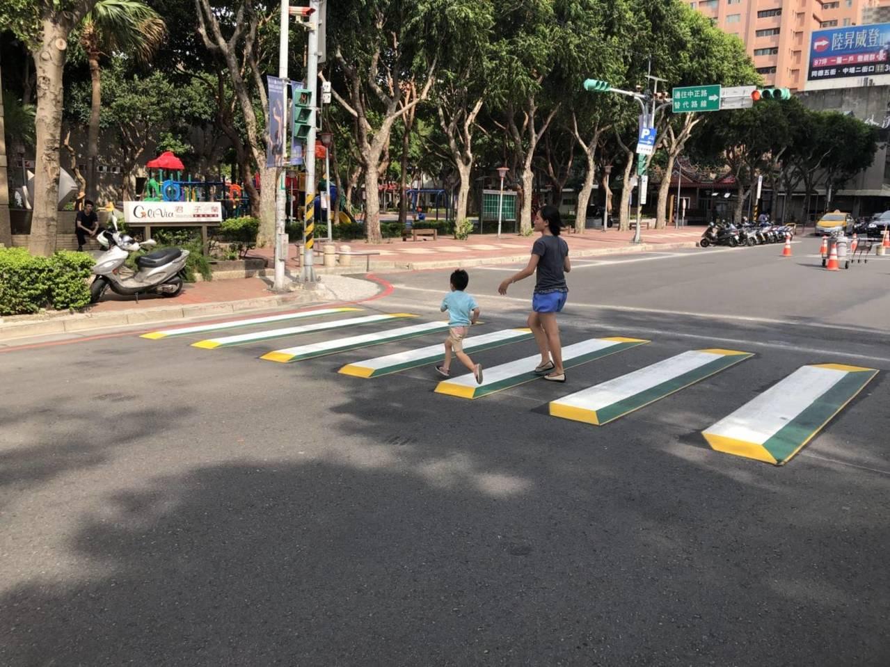 桃園市府交通局祭出提升路口行人安全新招,在藝文特區路口劃設3D立體行穿標線。圖/...