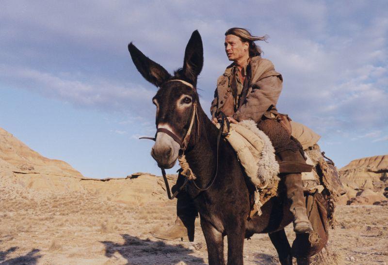 強尼戴普是第一版「殺了唐吉軻德的男人」男配角,都已經拍了部份情節,片子卻被停拍多...