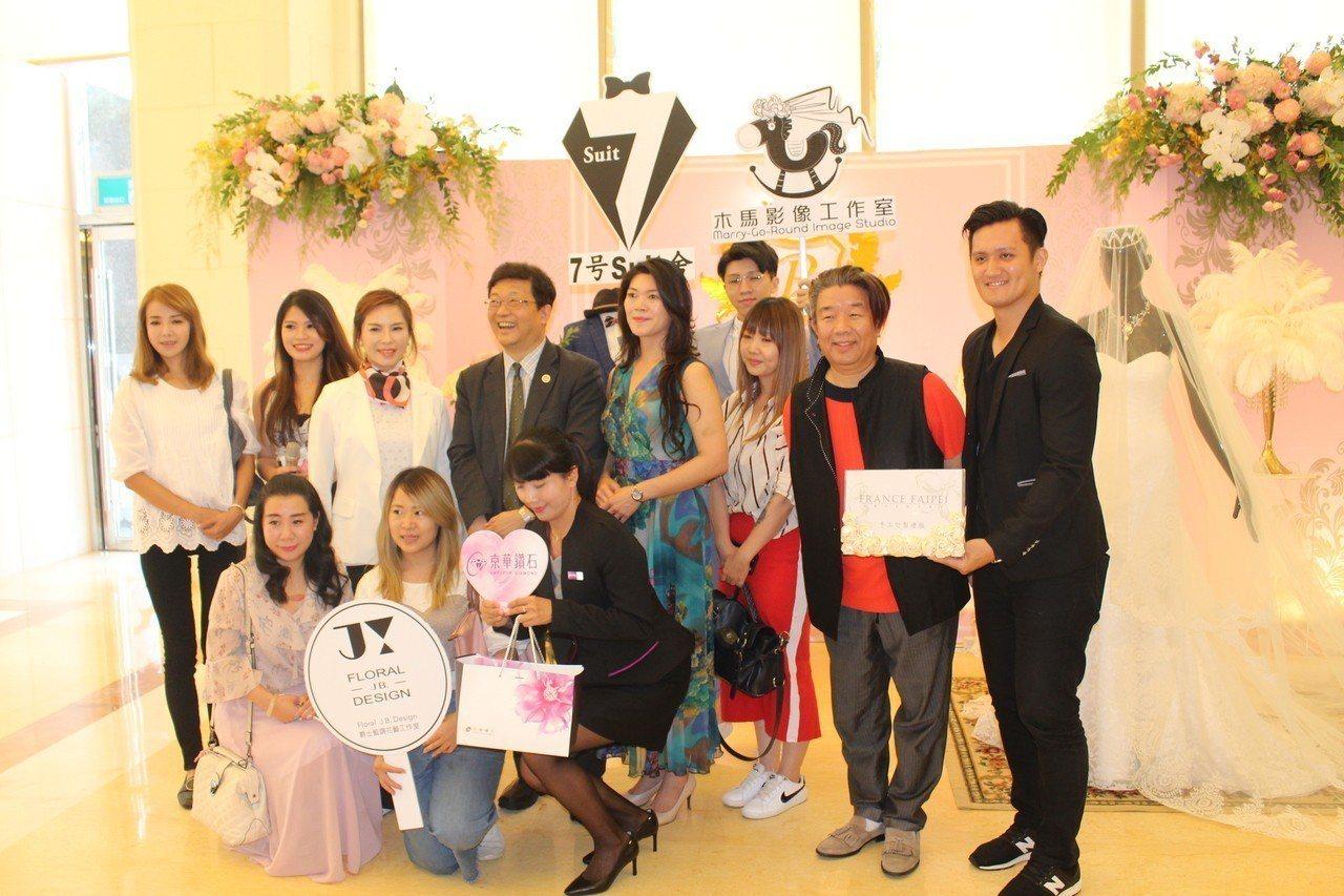 嘉義市耐斯王子大飯店,19日邀集30家與婚禮有關的廠商舉辦婚禮日,讓籌備婚宴的新...