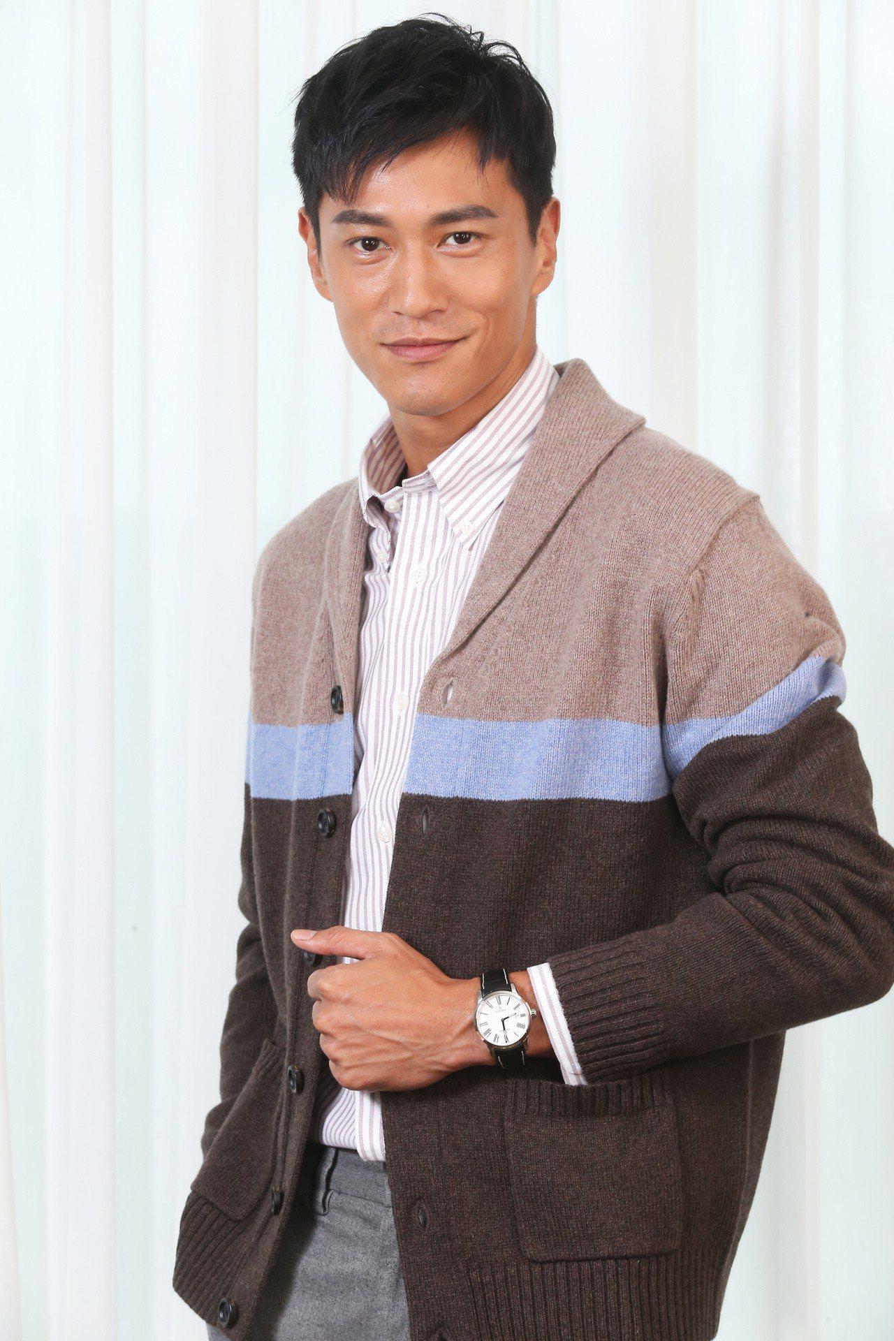 鍾承翰穿著Brooks Brothers條紋襯衫、灰色毛料西裝褲、卡其色塊針織衫...