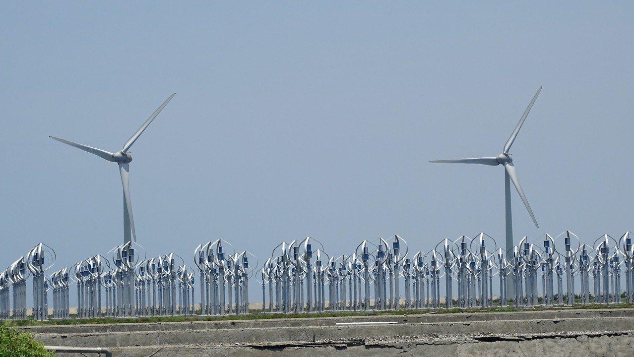 民間公司獲得能源局支持,在王功養殖專區的魚塭設置風力發電場,因涉及地目變更問題而...