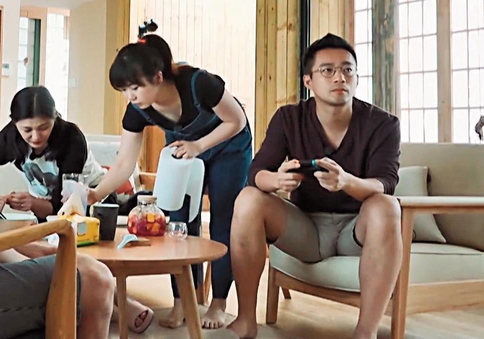 汪小菲(右)胯下原形畢露。圖/摘自YouTube