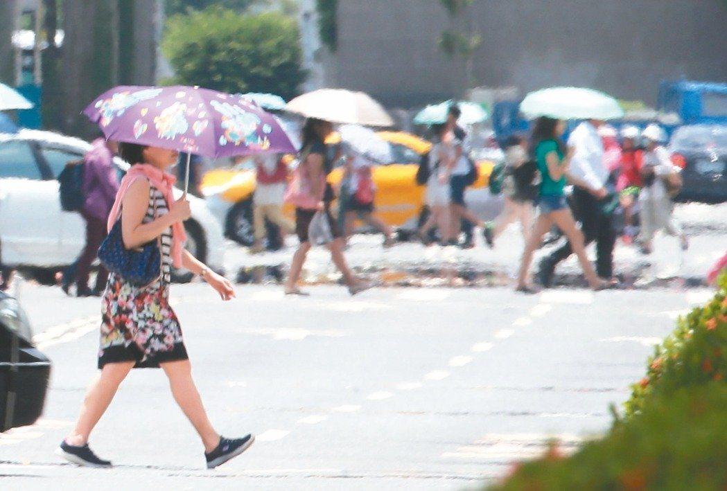 日頭赤炎炎,連日高溫台灣熱成紅色烤番薯,醫師提醒,夏季熱浪也會提高心血管疾病發生...