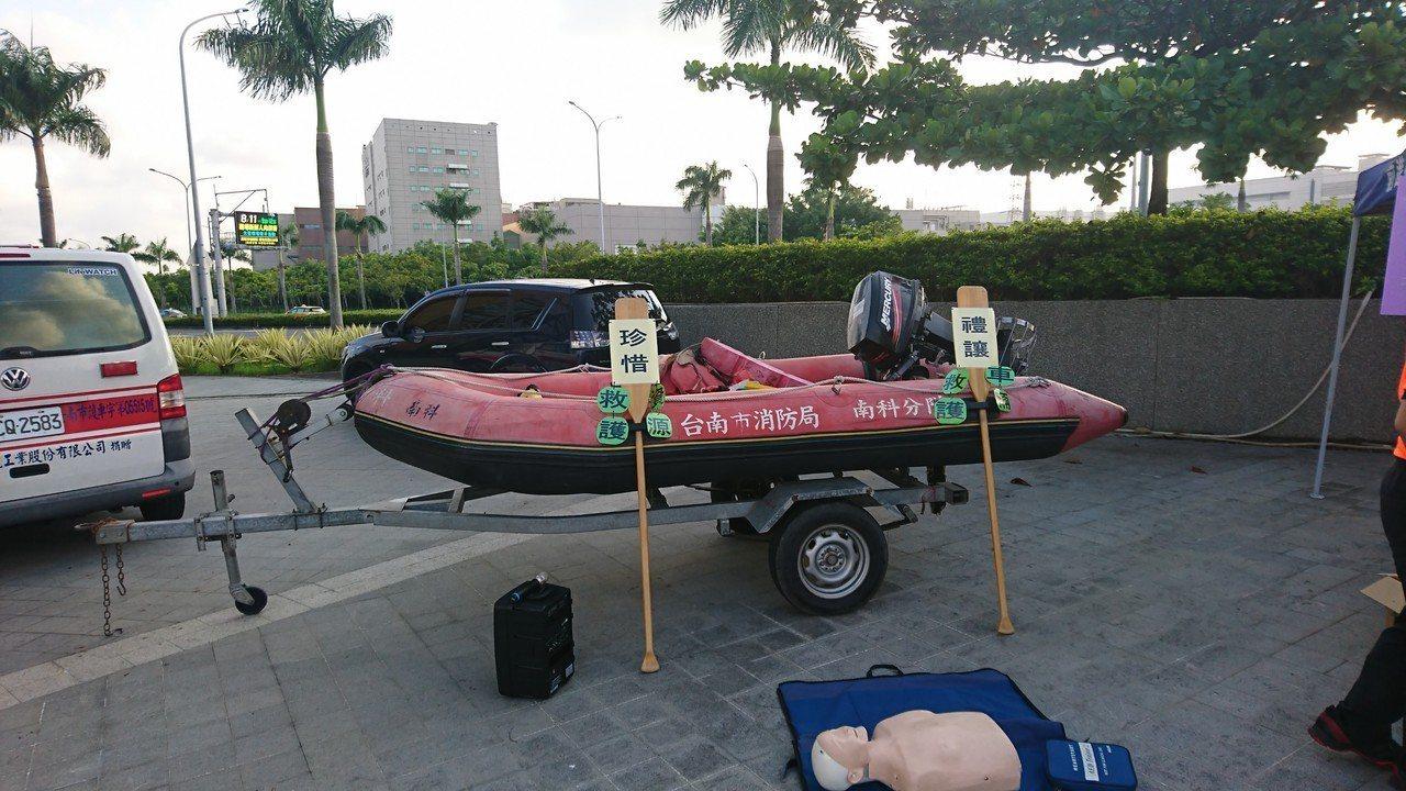 強化防溺宣導,現場也擺設消防救生器材。圖/南科消防分隊提供