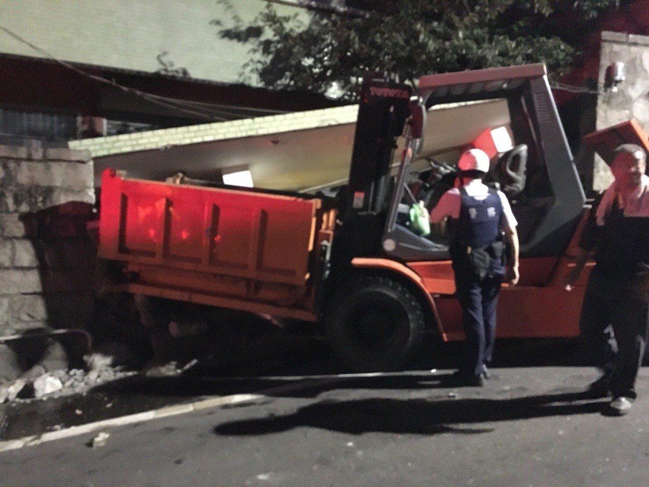 洪姓男子駕駛堆高機轉彎下坡衝進民宅,撞毀民宅大門。記者林孟潔/翻攝