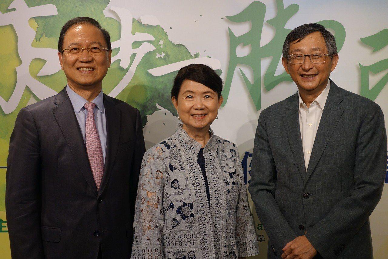 智擎今日舉行安能得通過健保給付慶祝酒會,包括生物產業發展協會理事長李鍾熙(左)、...