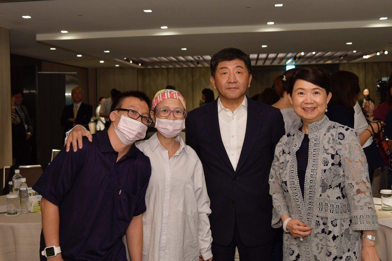 智擎的胰臟癌藥安能得獲得健保給付,今日舉行慶祝酒會,包括參與該藥物的臨床患者(左...