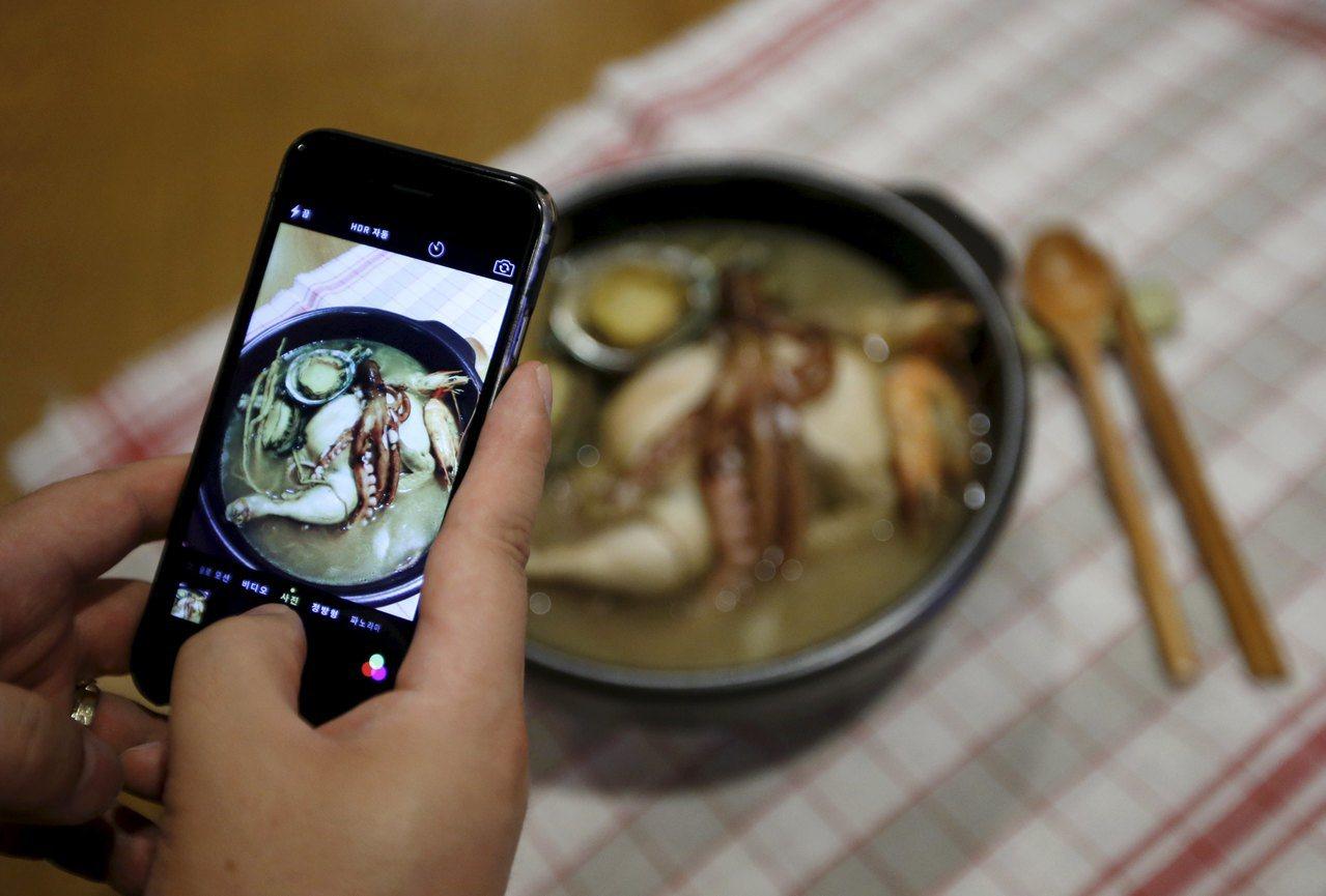 南韓民眾認為,夏日食用蔘雞湯可以抗暑。(路透)