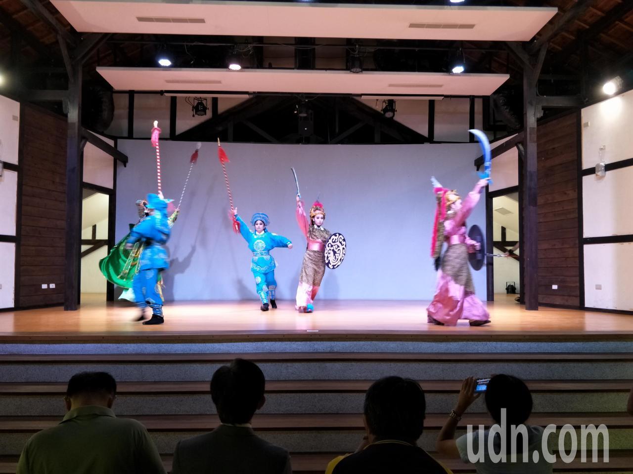 秀琴歌藝團在鹽水永成戲院表演精彩歌藝。記者謝進盛/攝影
